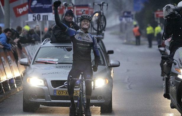 Alexander Wetterhall jubelt bei der Ronde van Drenthe über den ersten Saisonsieg von NetApp-Endura - Foto: Team NetApp-Endura / Roth