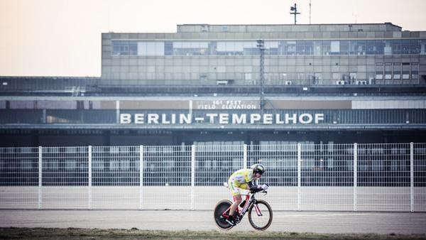 Christoph Strasser auf dem Tempelhofer Feld in Berlin