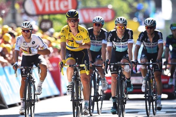 Tour-Aus für den Mann in Gelb: Tony Martin (Etixx - Quick-Step) inmtten seiner Teamkollegen -Foto: © Etixx - Quick-Step / Tim de Waele