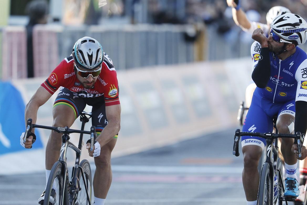 Peter Sagan (li./Bora-hansgrohe) muss sich Fernando Gaviria (Quick-Step Floors) geschlagen geben