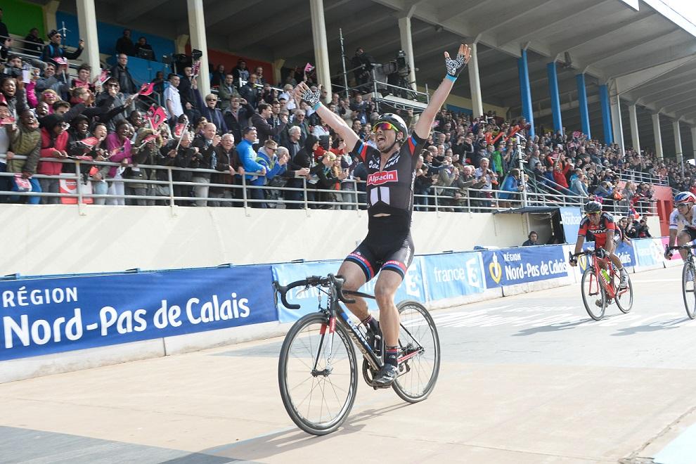 John Degenkolb bejubelt seinen Sieg bei Paris-Roubaix 2015