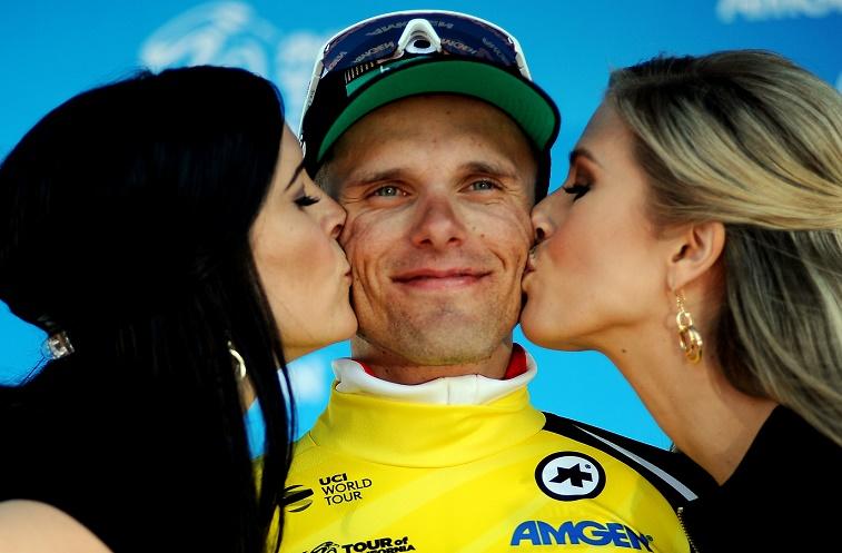 Verdienter Lohn: Rafal Majka (Mitte) holt sich bei der Siegerehrung einen doppelten Kuss und das Gelbe Trikot ab - Foto: © BORA-hansgrohe / VeloImages