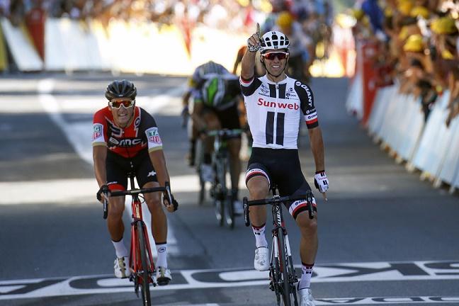 Sieger der 14. Etappe der Tour de France 2017: Michael Matthews (Sunweb) siegt vor Greg Van Avermaet (li./BMC) - Foto: © Cor Vos / Team Sunweb