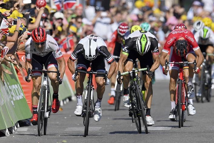 Michael Matthews (2.v.li./Sunweb) sprintet zu seinem zweiten Tour-Etappensieg 2017 - Foto: © Cor Vos / Team Sunweb
