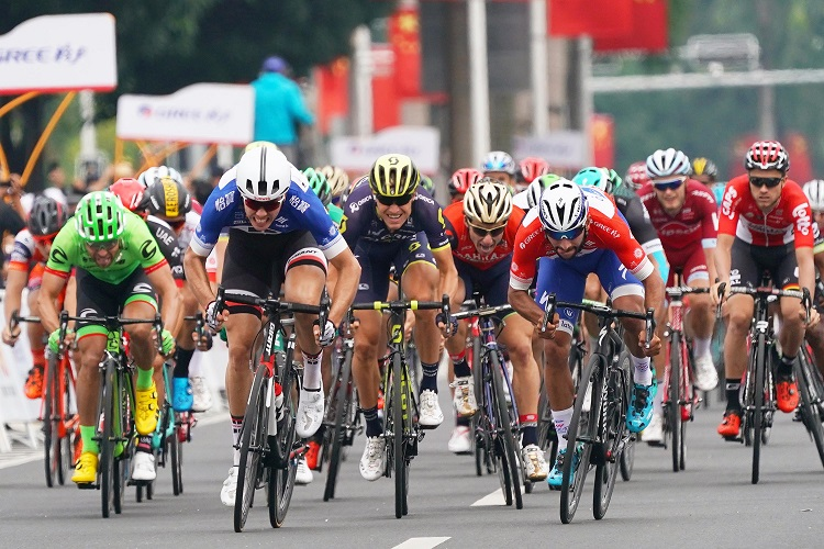 Auch auf der 3. Etappe der Tour of Guangxi kam Max Walscheid (Sunweb/li.) nicht an Fernando Gaviria (Quick-Step Floors) vorbei - Foto: © Quick-Step Floors Cycling Team / Tim de Waele