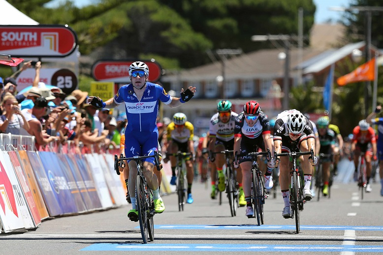 Elia Viviani (Quick-Step Floors) bejubelt seinen Sieg, Phil Bauhaus (Sunweb) hat in Victor Harbor das Nachsehen - Foto: © Quick-Step Floors Cycling Team - Tim De Waele / Getty Images