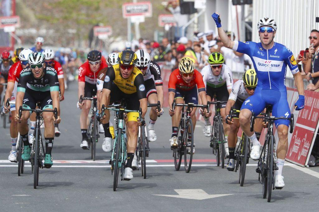 Elia Viviani (Quick-Step Floors/re.) bejubelt seinen Etappensieg, Pascal Ackermann (Bora-hansgrohe/li.) wird Dritter - Foto: © BORA - hansgrohe / Bettiniphoto