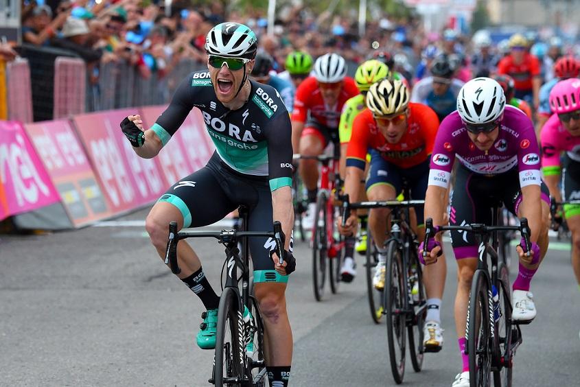 Sam Bennett (Bora-hansgrohe) bejubelt seinen ersten Giro- und Grand-Tour-Etappensieg - Foto: © BORA - hansgrohe / Bettiniphoto