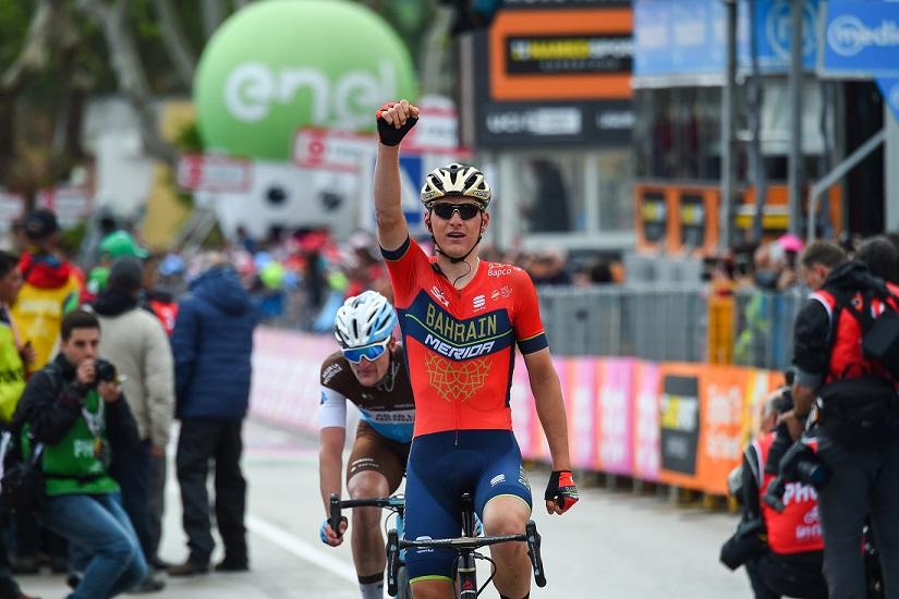 Matej Mohoric (Bahrain Merida) feiert seinen Sieg der 10. Etappe beim Giro d'Italia - Foto: © Team Bahrain-Merida / @BettiniPhoto