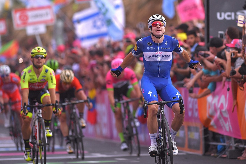 Elia Viviani (Quick-Step Floors) sprintet in Tel Aviv zu seinem zweiten Giro-Etappensieg - Foto: © Quick-Step Floors Cycling Team / Getty Images / Tim de Waele