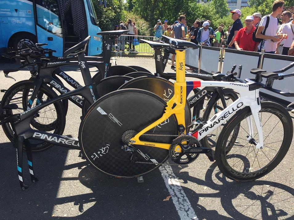 Die Zeitfahrräder vom Team Sky bei der 3. Etappe der Tour de France - Foto: Christoph Sicars
