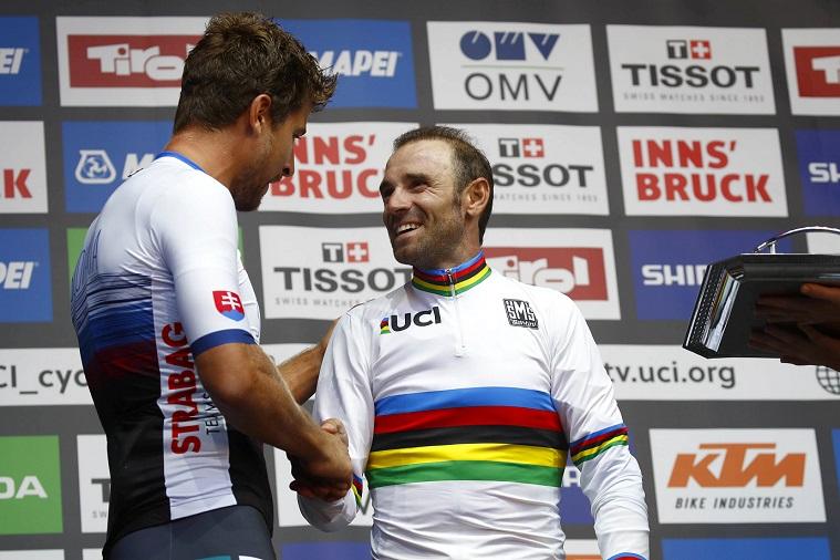 Vorgänger und Nachfolger: Peter Sagan (li.) gratuliert dem neuen Weltmeister Alejandro Valverde - Foto: Innsbruck-Tirol 2018 / BettiniPhoto