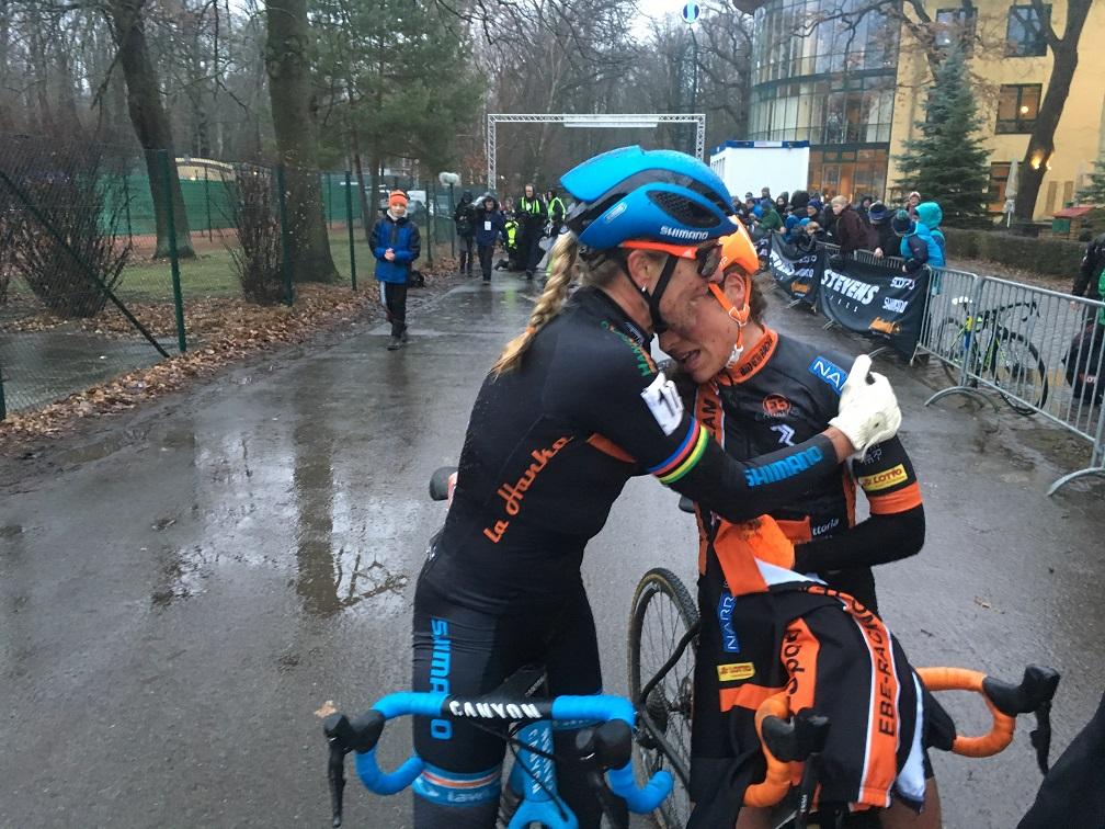 Hanka Kupfernagel gratuliert Elisabeth Brandau (re.) zu Titelverteidigung - Foto: Christoph Sicars